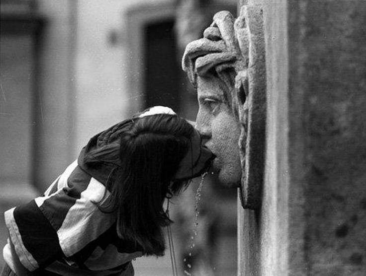 kiss the statue