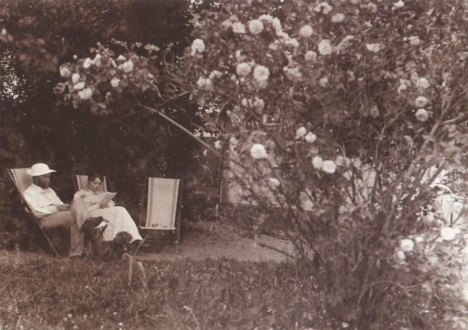 Peder Severin and Marie Kroyer in the garden